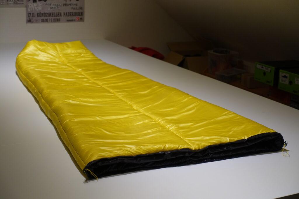 gelber ultraleichter Schlafsack in meinem Studio // yellow ultralight sleepingbag in my workshop